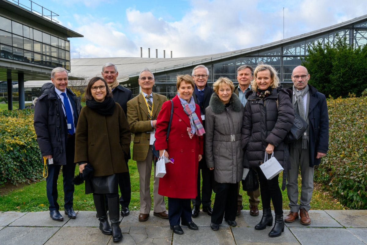 The consultation committee in front of the factory in Aulnay