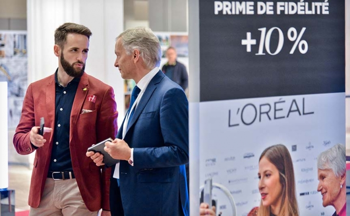 A member of the L'Oréal shareholder relation team talks to an attendee at the AGM